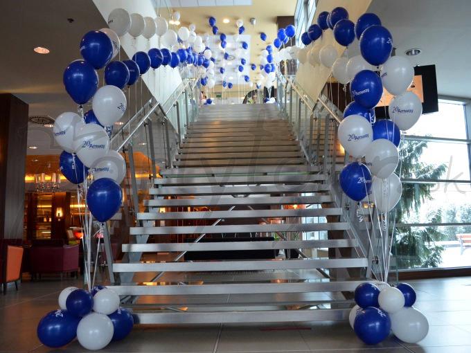Balónmi vytýčená cesta do sveta bielo-modrej firmy...