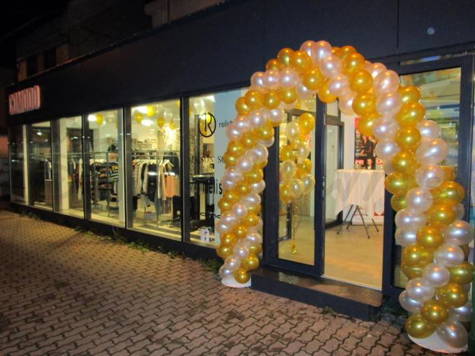 Otvorenie exkluzívnej prevádzky v perleťovej a zlatej farbe balónov
