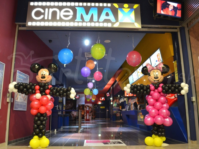 Balónové Disney postavičky vítajú návštevníkov rozprávkového sveta