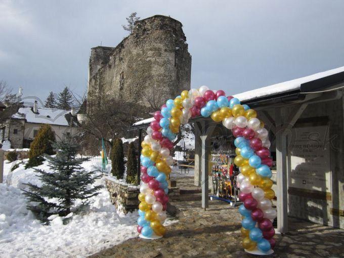 Balónová brána môže ladiť i s krásou historického prostredia