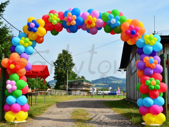Kvetinovou balónovou bránou rozvoniate celé podujatie