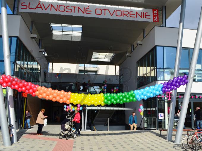 Balónová girlanda dúhových farieb zabezpečí slnečnú náladu