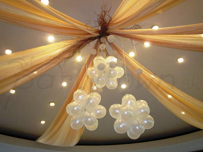 Balónové gule perleťovej farby dodajú sále na honosnosti