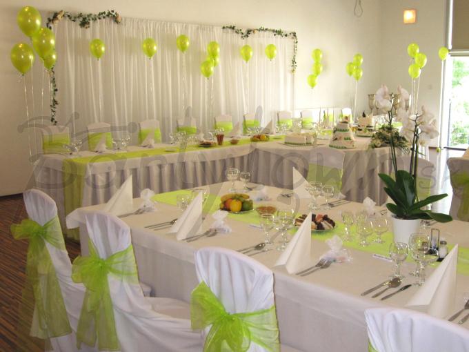 Vznášajúce sa balóny jabĺčkovo zelenej farby svadobnej hostiny