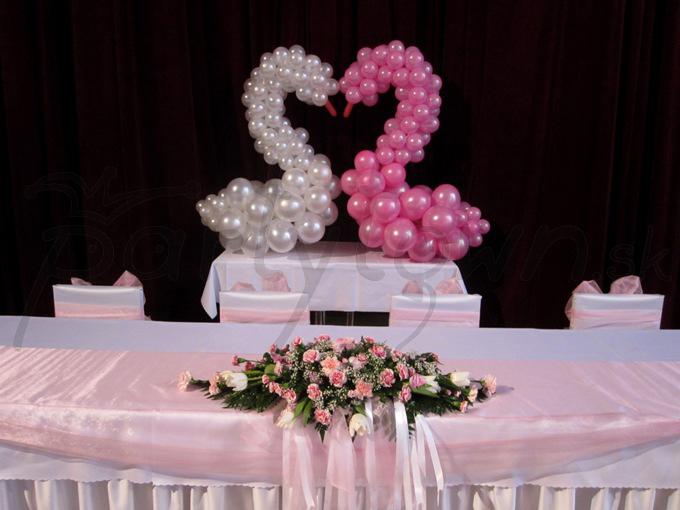 Labute z balónov ako symboly lásky a vernosti
