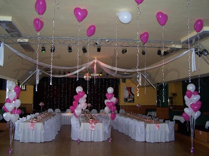 Balóny v tvare srdca sú dokonalým dotvorením atmosféry svadobnej hostiny