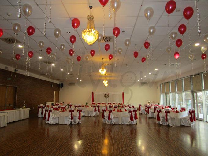 Pod stropom z balónov sa tancuje jedna radosť
