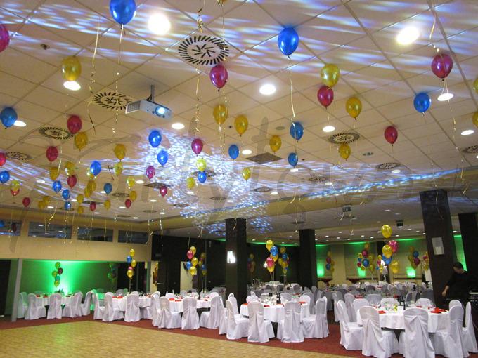 I tanečný parket môže hrať balónmi vo farbách zábavy