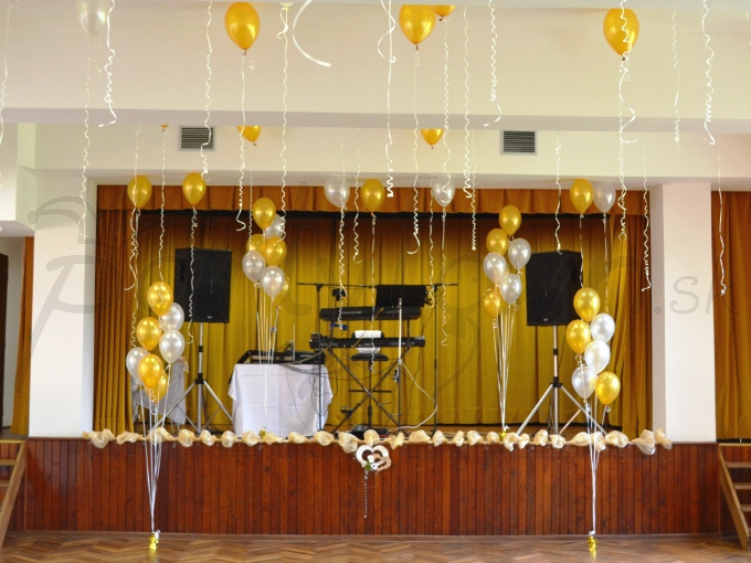 Vyzdobte balónmi pódium, strop, ... a bude veselo