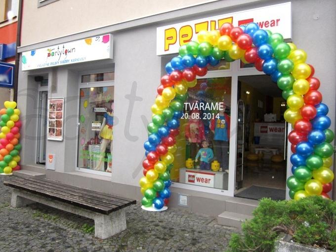 Vstup do predajne s detským oblečením farebným ako balónová brána od
