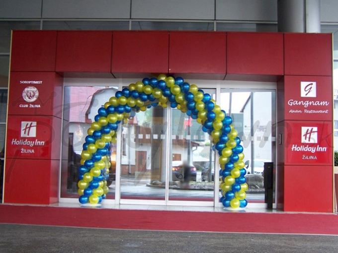 Pôsobivá navigácia z balónov v korporátnych farbách