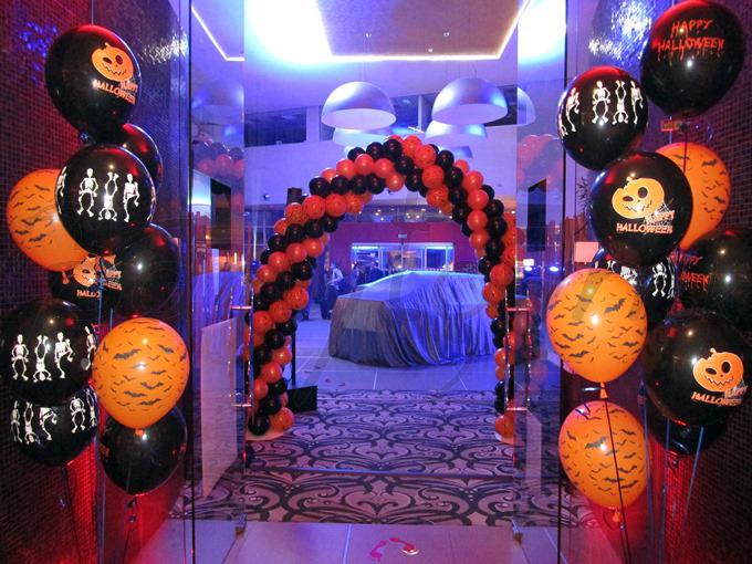 Vytýčte balónmi cestu napríklad na halloweensku párty