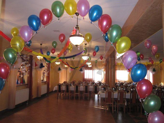 Rozprestrite ponad vstup do sály balóny