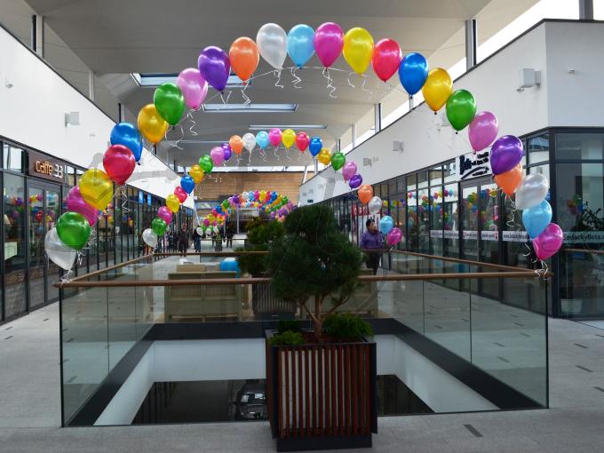 Vznášajúce sa balóny vyfarbia každý priestor i deň
